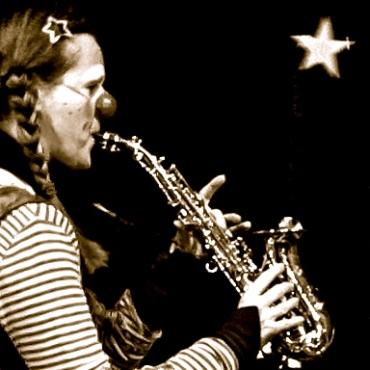 Clownin LOTTE mit Saxophon