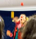 Lotte jongliert mit ungefähr 3 Bällen