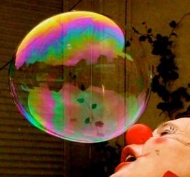 Clownin LOTTE pustet Seifenblase in Werdohl