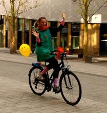 Clownin LOTTE fährt freihändig Fahrrad
