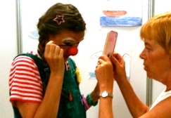 Clownin LOTTE schminkt sich
