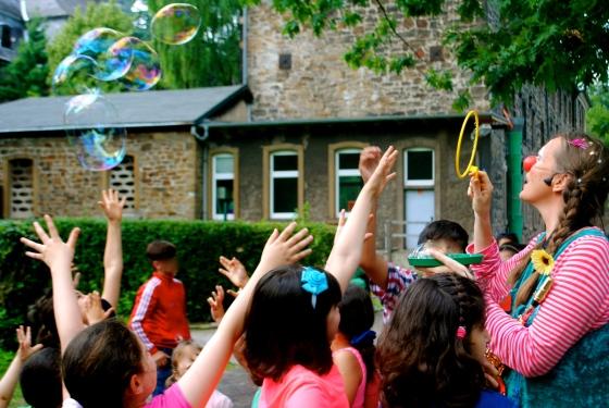 Clownin LOTTE in Steele für Flüchtlingskinder / Caritas