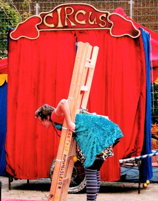 Clownin LOTTE mit Leiter beim Welttheater