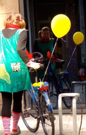 Clownin LOTTE am Fahrrad