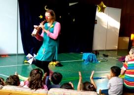 Clownin Lotte mit Saxophon für Flüchtlingskinder