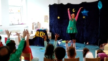 Clownin LOTTE Laola mit Flüchtlingskindern