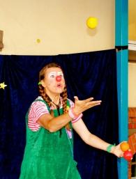 Clownin LOTTE jongliert
