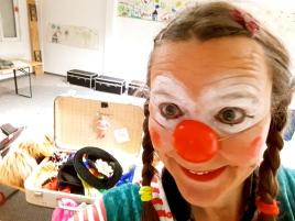 Clownin Lotte: Schminken im Flüchtlingsheim