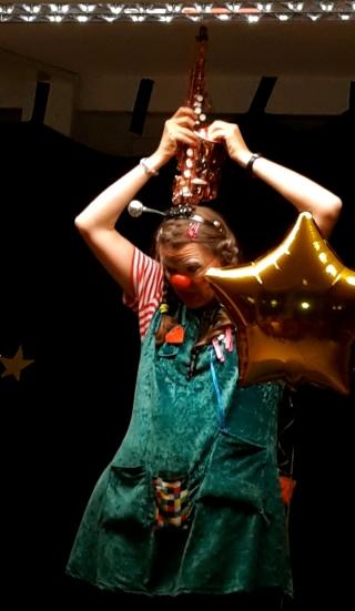 Clown in LOTTE mit Saxophon für Flüchtlingskinder